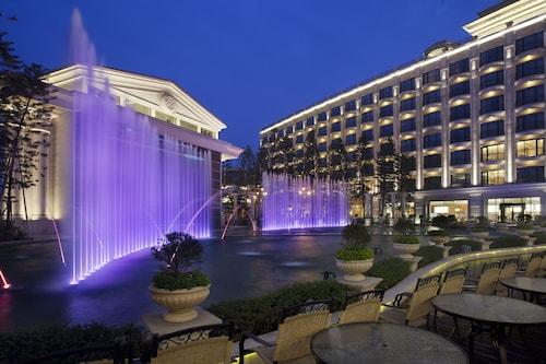 . E-Da Royal Hotel