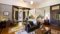 Large Luxury Suite King Bed Fireplace Verandah And Ensuite With Bathtub