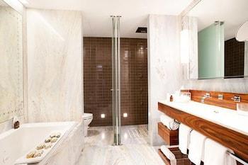 Executive Suite, 1 King Bed, Corner (Las Alcobas)