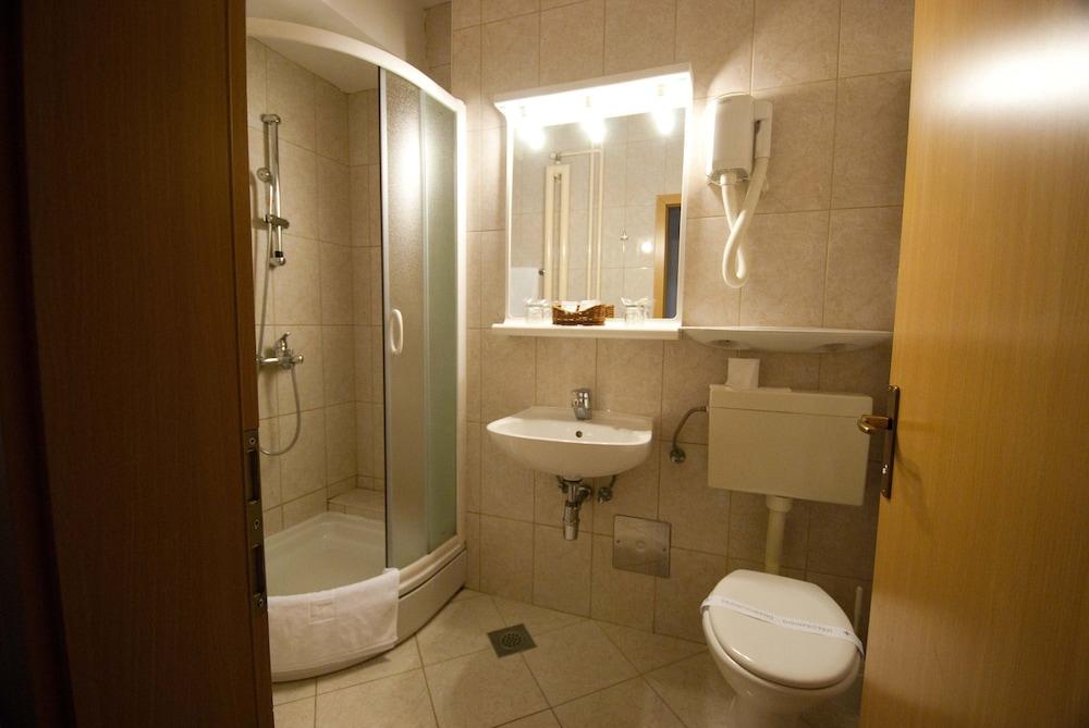 호텔 페트카(Hotel Petka) Hotel Image 11 - Bathroom