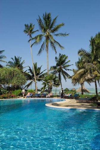 . Breezes Beach Club & Spa – Half Board