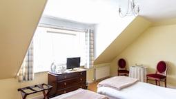 Twin Room, 2 Twin Beds, Shared Bathroom
