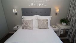 Petite Hotel Room (1)