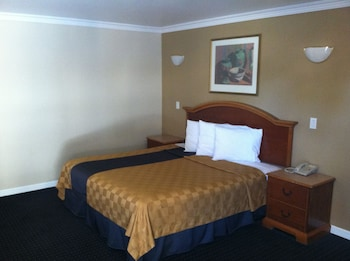 Deluxe Room, 1 King Bed (Non-Smoking/Smoking)