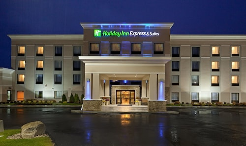 . Holiday Inn Express Hotel & Suites Malone