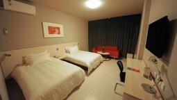 Twin Room (b)
