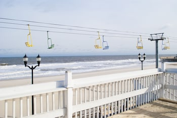 Hotel - Boardwalk Hotel Charlee & Beach House Rentals
