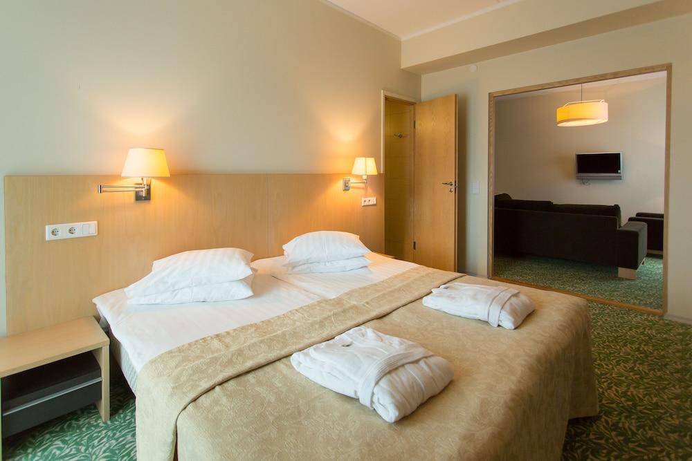 https://i.travelapi.com/hotels/4000000/3740000/3738100/3738019/358bb8cd_z.jpg