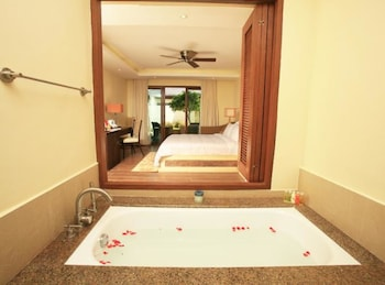 Crimson Resort and Spa Mactan Deep Soaking Bathtub