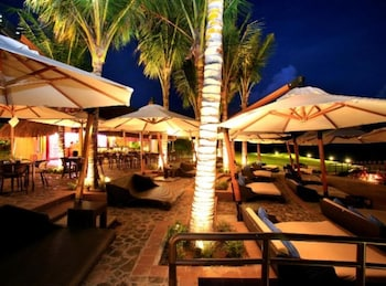 Crimson Resort and Spa Mactan Poolside Bar