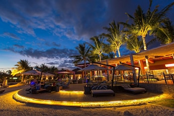 Crimson Resort and Spa Mactan Hotel Bar