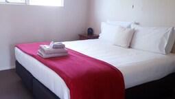 Standard Suite, 1 Bedroom, Non Smoking, Kitchenette (queen Plus 2 Singles)