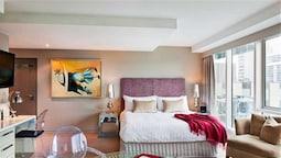 Deluxe King Studio Suite With Balcony