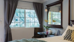 Standard Room, 1 Queen Bed, Jetted Tub, Lakeside
