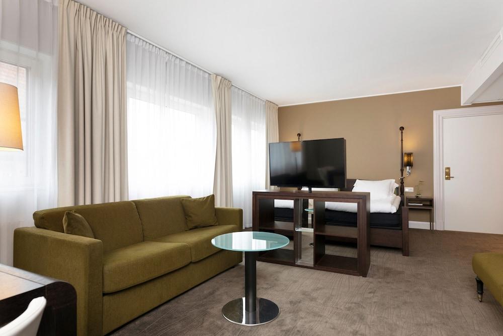 https://i.travelapi.com/hotels/4000000/3790000/3784900/3784843/10051088_z.jpg