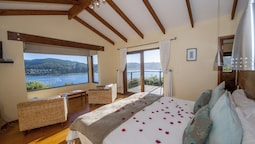 Suite, 1 King Bed, Lagoon View
