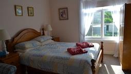 Suite, 1 Queen Bed, Garden View