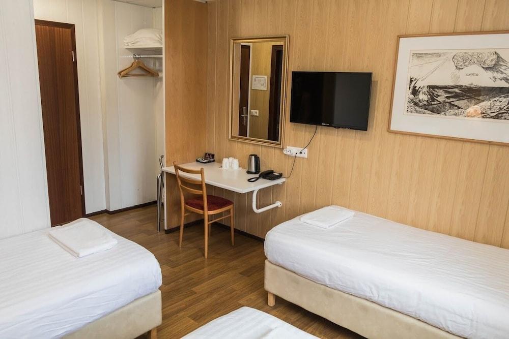 https://i.travelapi.com/hotels/4000000/3820000/3814700/3814675/6b82c006_z.jpg