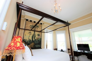 Southernmost House King Courtyard View Room 203