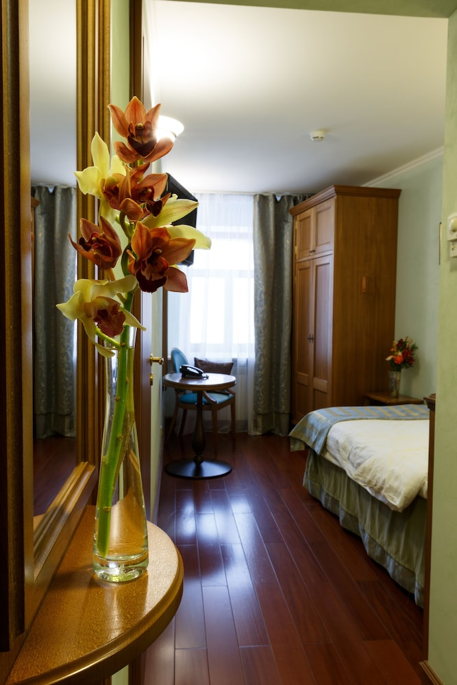 https://i.travelapi.com/hotels/4000000/3860000/3850700/3850658/e20f5213_z.jpg