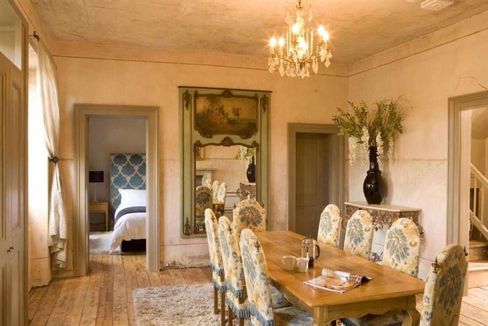 페퍼스 미네랄 스프링스 호텔(Peppers Mineral Springs Hotel) Hotel Image 26 - In-Room Dining