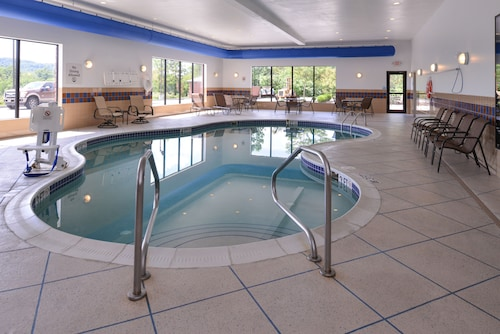 . Holiday Inn Express and Suites Fairmont