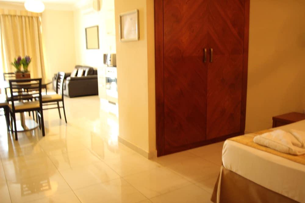 https://i.travelapi.com/hotels/4000000/3990000/3988500/3988460/b8b406e0_z.jpg