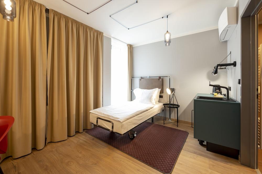 https://i.travelapi.com/hotels/40000000/39500000/39496000/39495949/137fa579_z.jpg