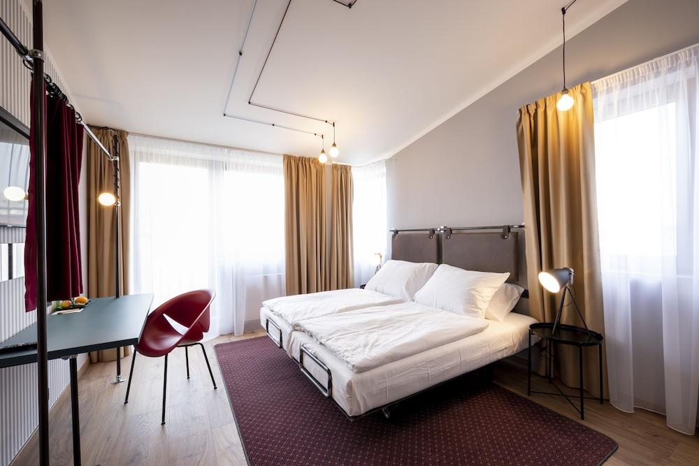 https://i.travelapi.com/hotels/40000000/39500000/39496000/39495949/45f671d9_z.jpg