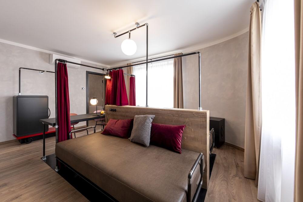https://i.travelapi.com/hotels/40000000/39500000/39496000/39495949/89c2a4bd_z.jpg