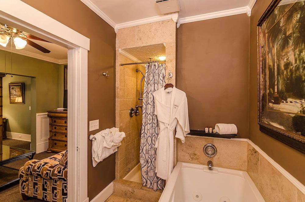 https://i.travelapi.com/hotels/41000000/40210000/40201500/40201493/b24d385c_z.jpg