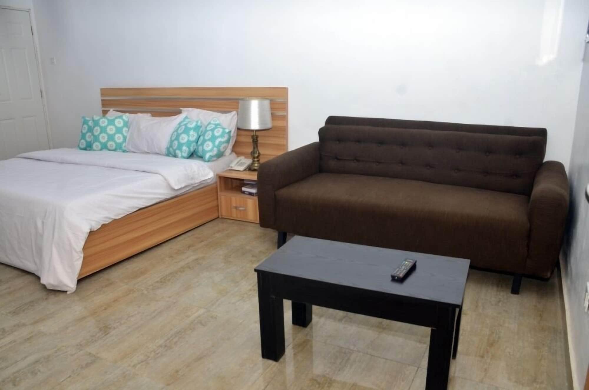 Graceland Hotel and Suites, Karu