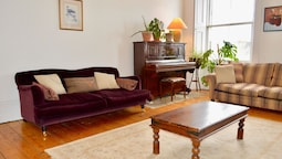 Sophisticated 2 Bedroom Edinburgh Flat Near Old Town