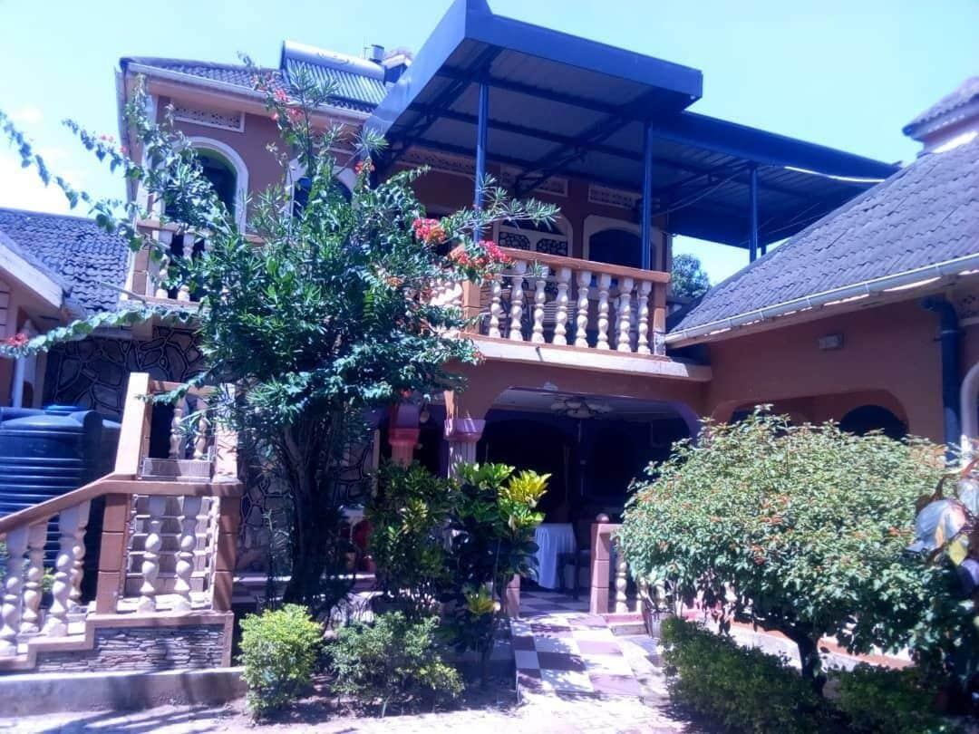 Penthouse Inn, West Moyo