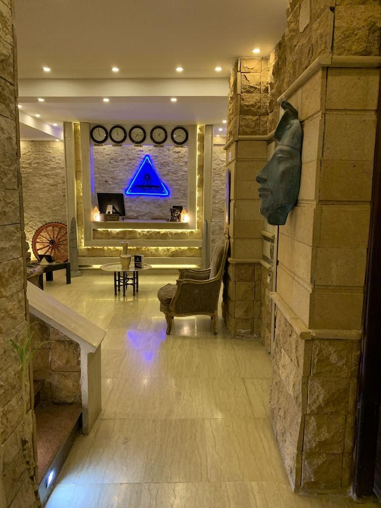 サハラ ピラミッズ イン