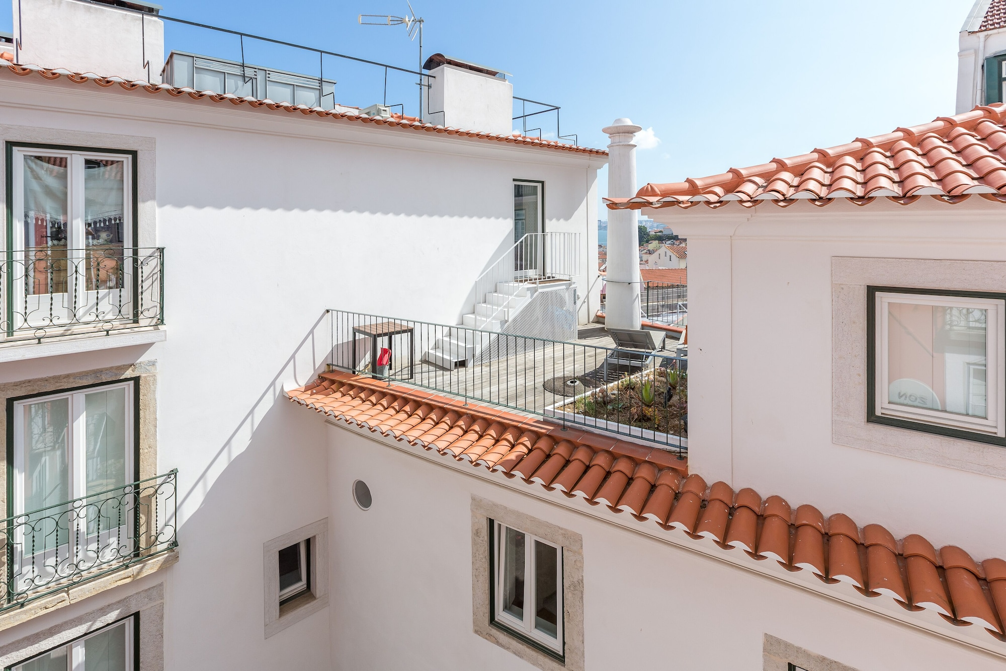Light Filled Typical Apartment at Alfama + Free Pick-Up, By TimeCooler, Lisboa
