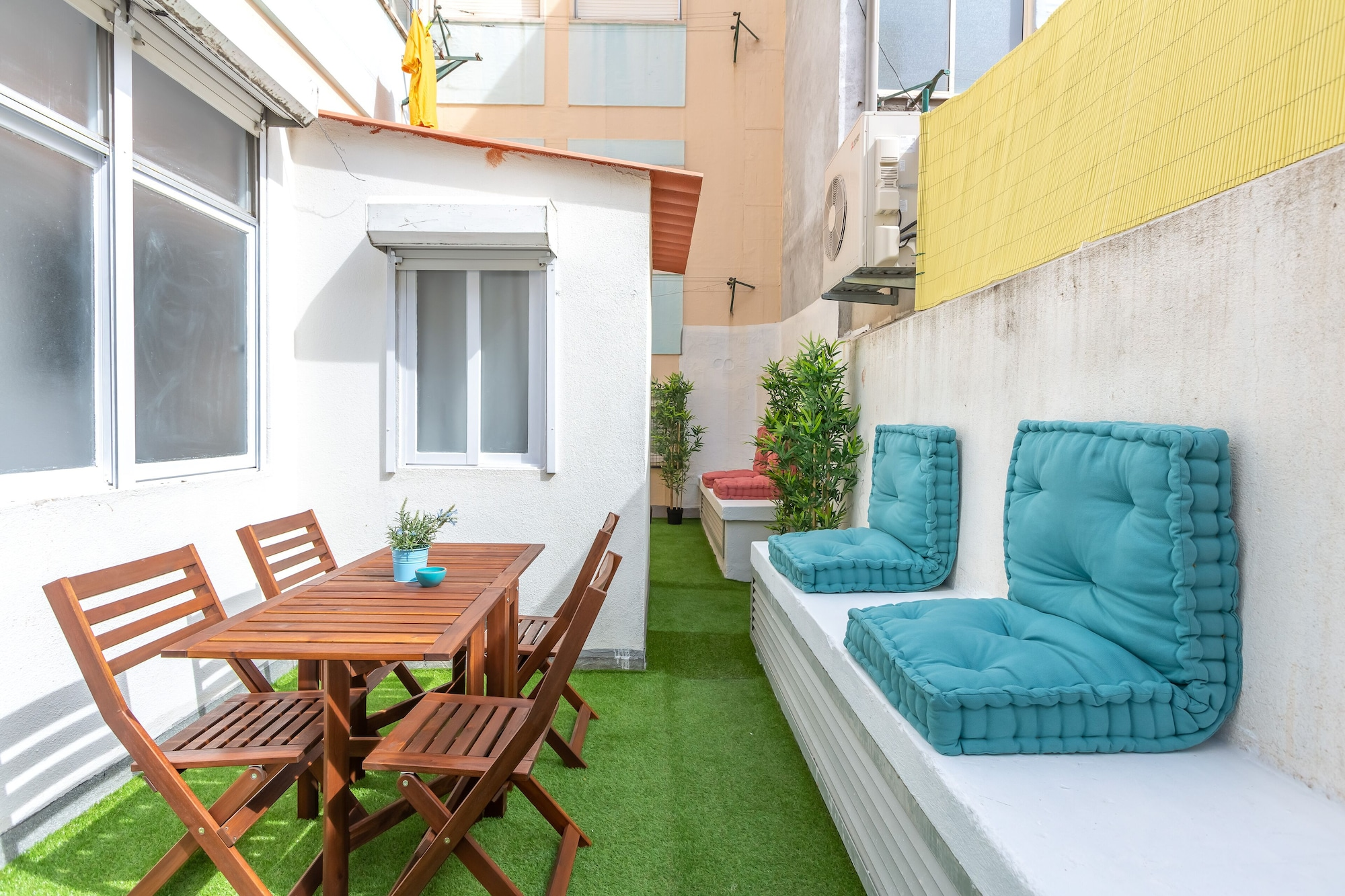 Sunny Apartment with Patio + Free Pick-Up By TimeCooler, Lisboa