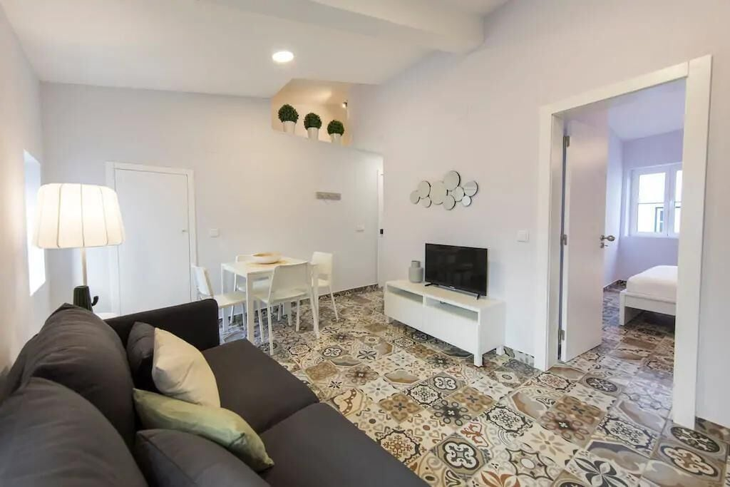 Renovated Charming Alfama Apartment + Free Pick-Up, By TimeCooler, Lisboa