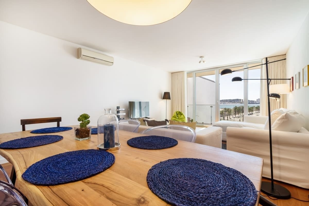 Gorgeous Apartment in Alges With Stunning Rooftop Pool, Oeiras