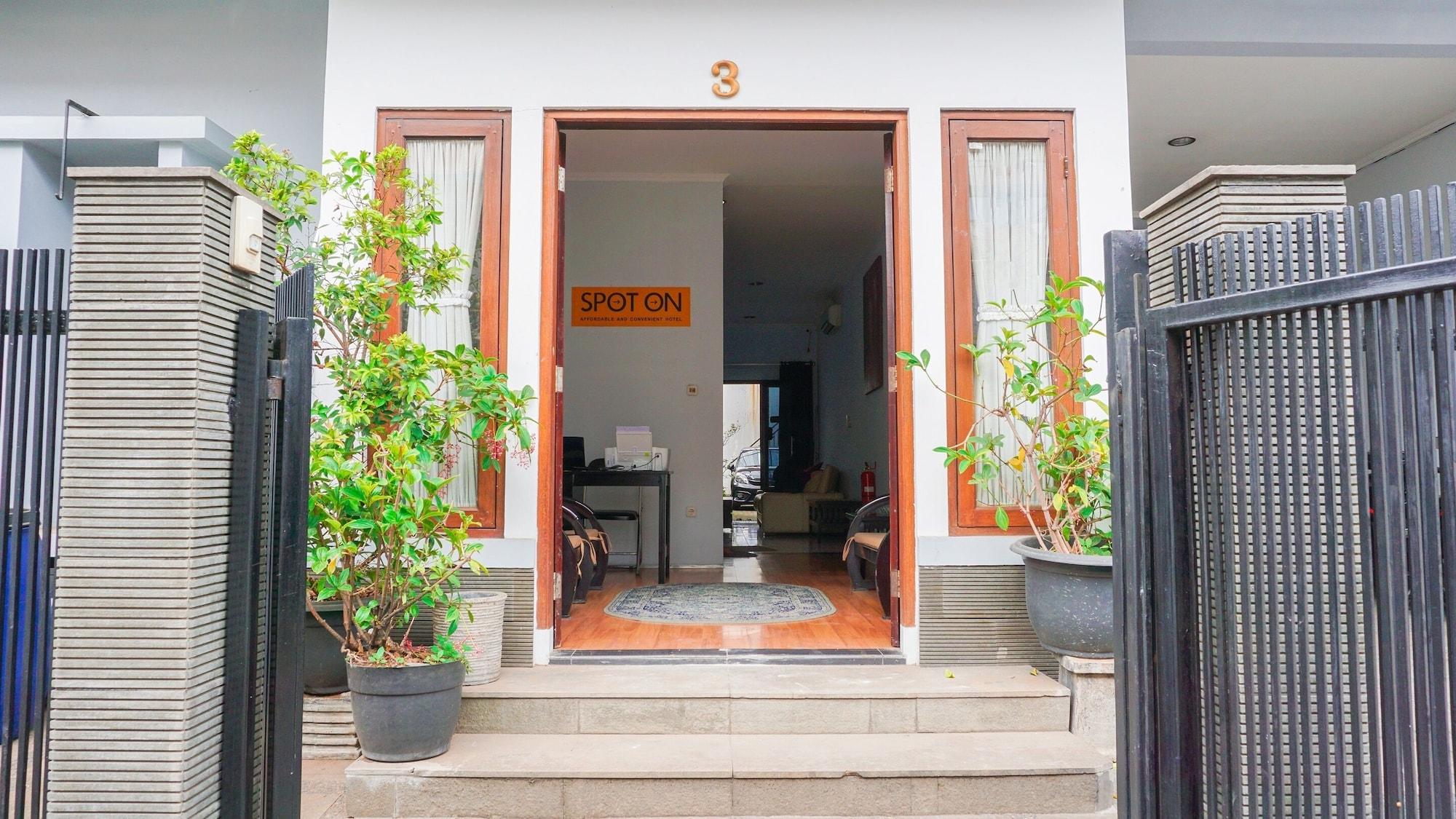SPOT ON 1792 Roemah Nenekoe Guest House, Bandung