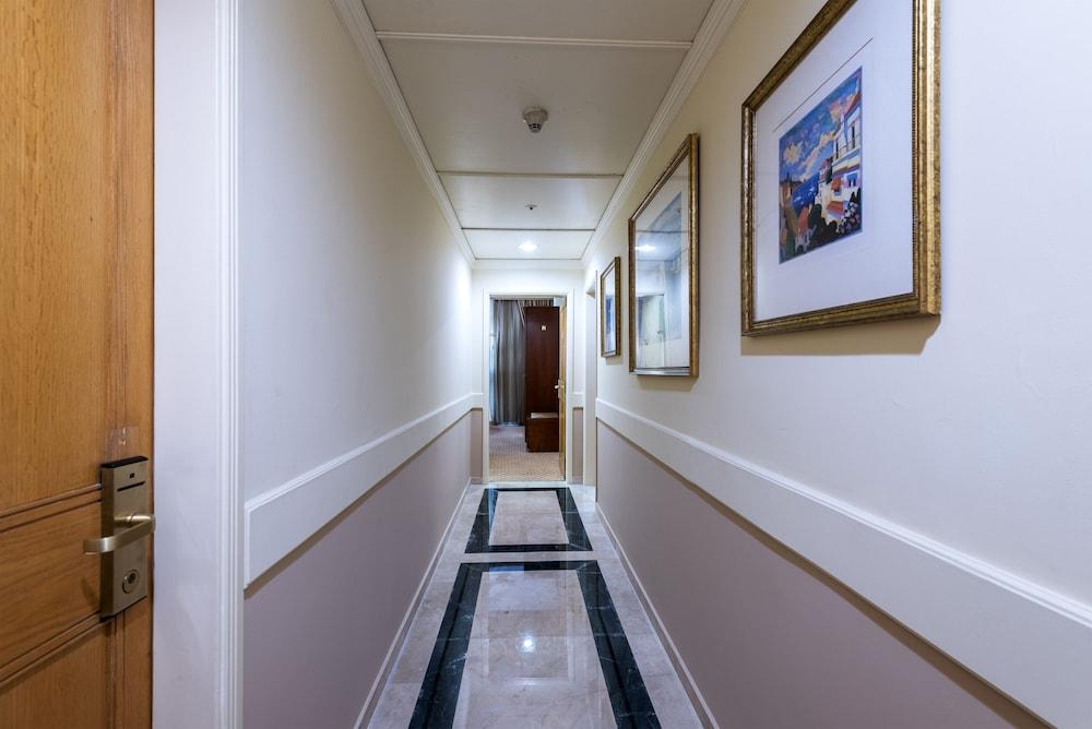 https://i.travelapi.com/hotels/46000000/45020000/45017300/45017212/4d553b76_z.jpg
