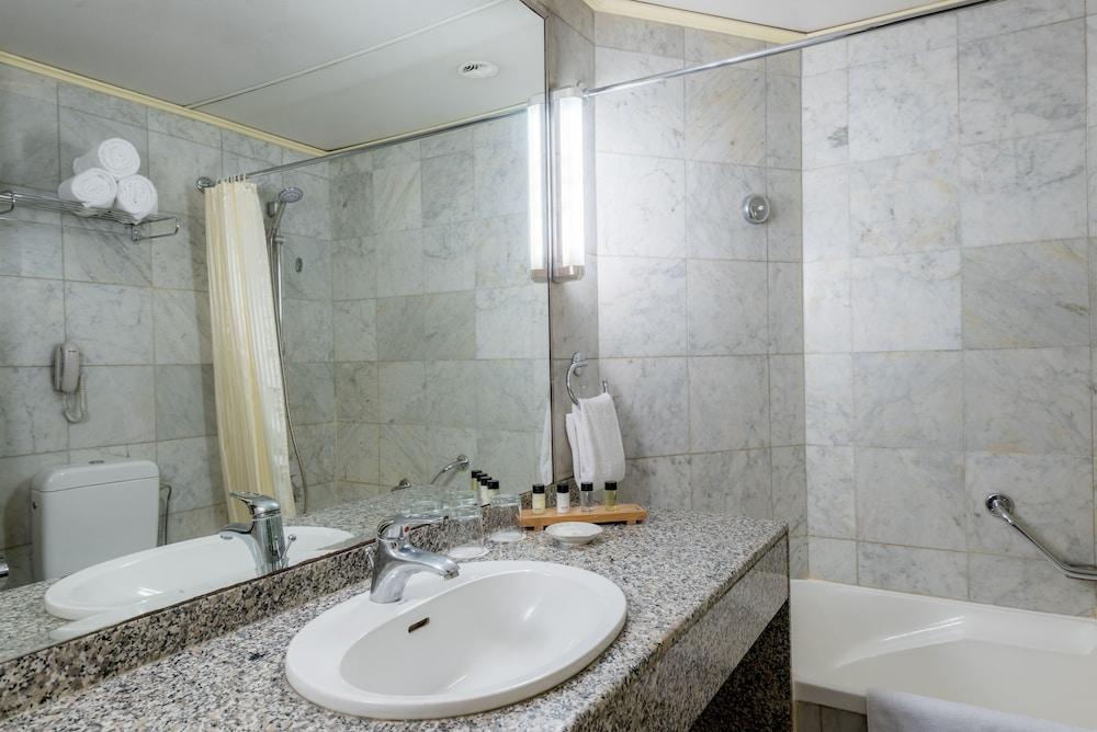 https://i.travelapi.com/hotels/46000000/45020000/45017300/45017212/a6a13d6a_z.jpg