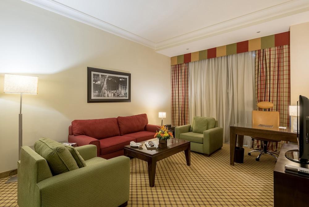 https://i.travelapi.com/hotels/46000000/45020000/45017300/45017212/cb41f233_z.jpg
