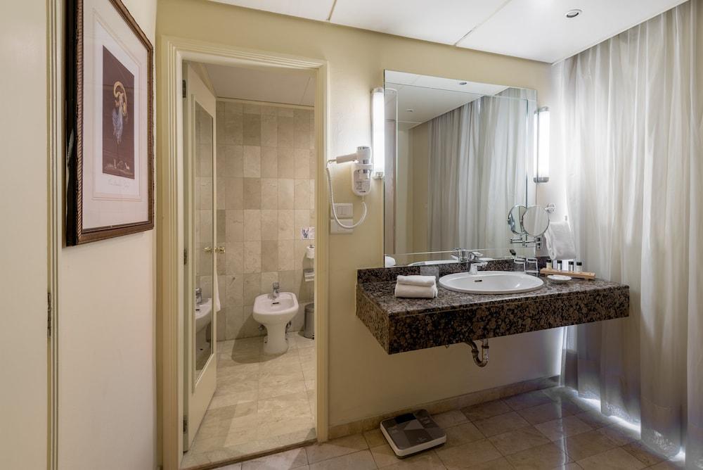 https://i.travelapi.com/hotels/46000000/45020000/45017300/45017212/ebc2b8aa_z.jpg