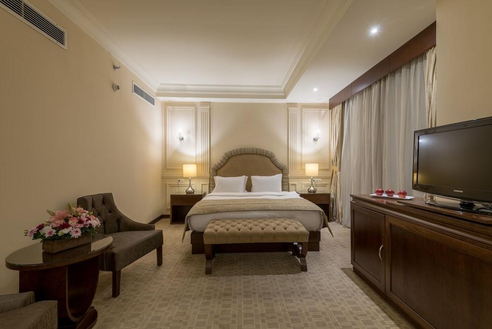https://i.travelapi.com/hotels/46000000/45020000/45017300/45017212/fddf8216_z.jpg