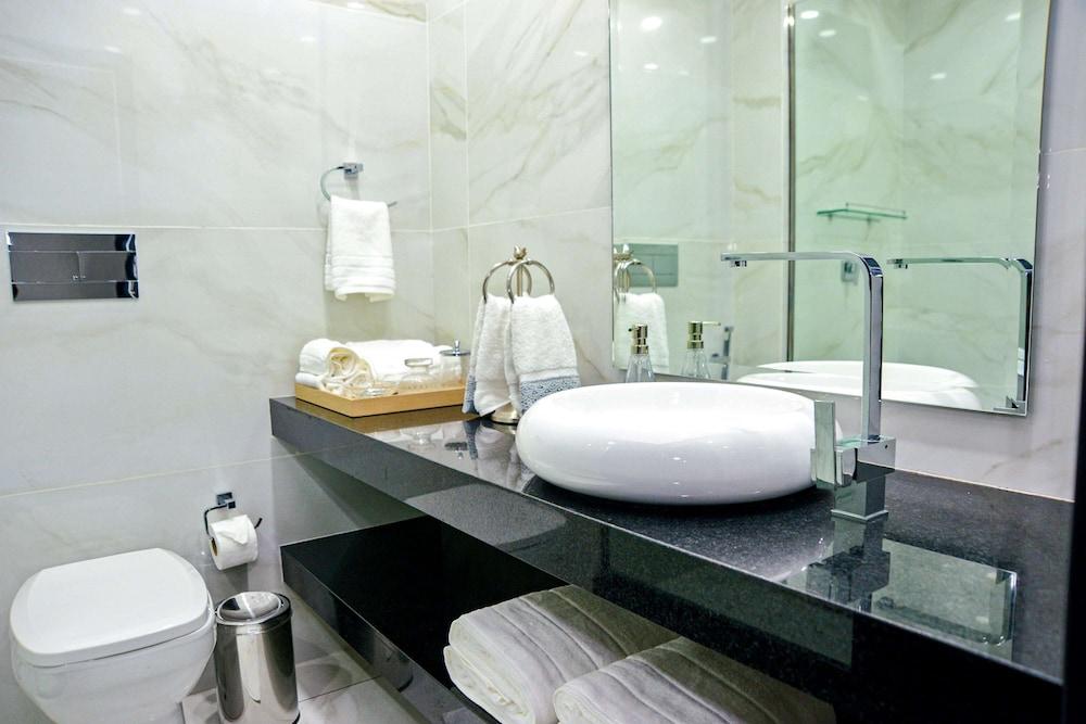 https://i.travelapi.com/hotels/46000000/45620000/45617400/45617372/0e881516_z.jpg