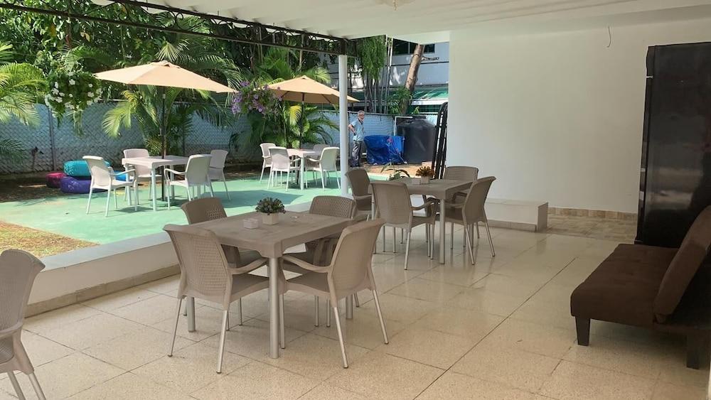 https://i.travelapi.com/hotels/46000000/45700000/45699700/45699698/37444a86_z.jpg