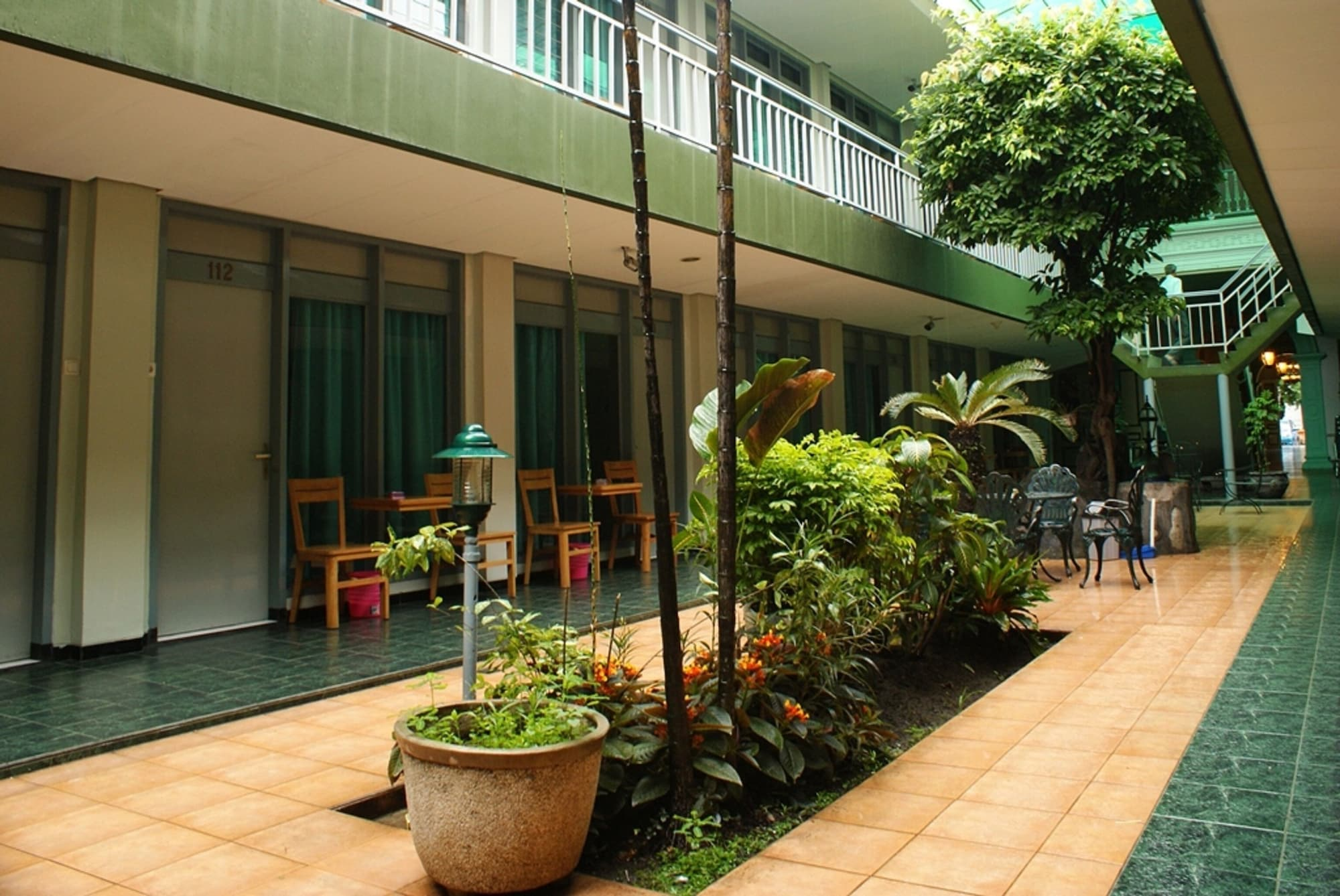 Hotel Trio, Solo