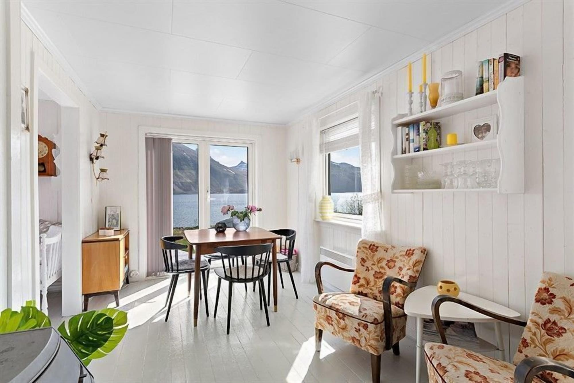 Private Cozy House by the Fjord, Flakstad