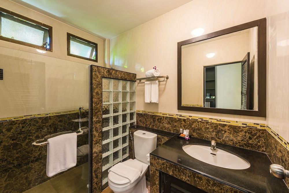 https://i.travelapi.com/hotels/49000000/48460000/48452300/48452226/8be8e072_z.jpg